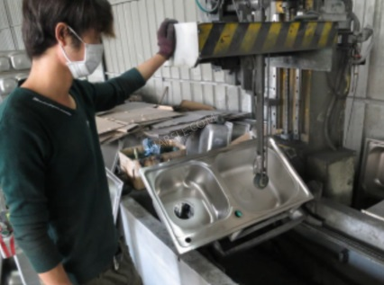 proces výroby kuchyňského dřezu